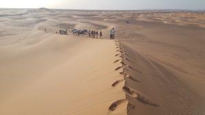 Foto desert gent caminant